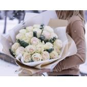 25 розовых роз с эвкалиптом